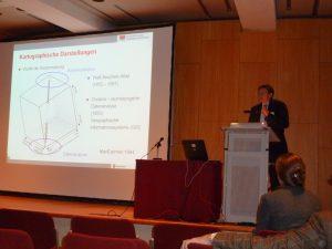 Dr. Holger Scharlach während seiner Präsentation über die globale Ausbreitung von Seuchen