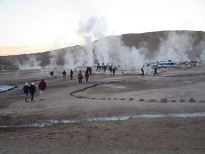 Das Geysier- und Fumarolen-Feld El Tatio erhält bereits zu früher Stunde viel Besuch