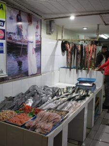Abb. 3: Soeben frisch in der Markthalle eingetroffen: Reinata, Merluza, Congrio..